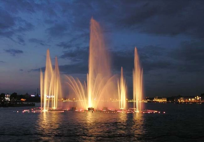 Плавающий фонтан на Неве (12 фото)