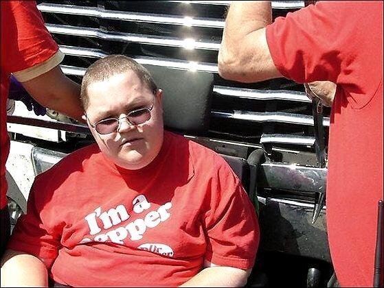 Водитель грузовика не заметил инвалидную коляску (3 фото)