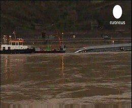 На Рейне перевернулся танкер с серной кислотой