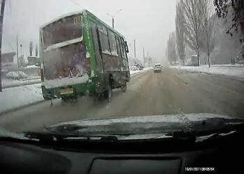 Автобус проскользил мимо