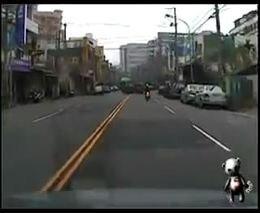 Парень на скутере хотел уйти от столкновения