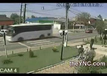 Женщина попала под автобус