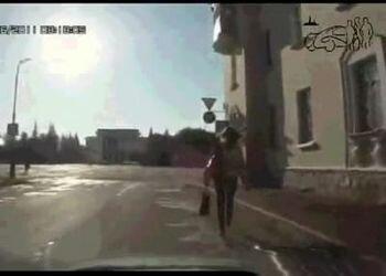Девушка смело шагает по дороге