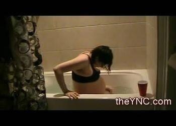 Женщина рожает в ванной