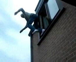 Мама неудачно прыгнула с окна на батут