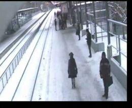 Толкнули под поезд