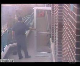 Жестокое избиение задержанного полицейскими