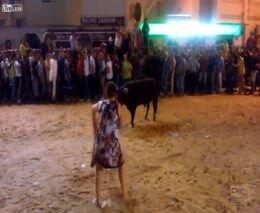Пъяная женщина vs бык