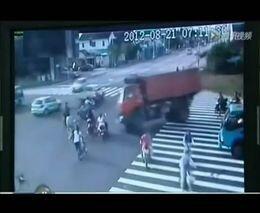 Грузовик опрокинулся на мотоциклистов