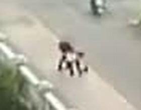 Человек в черном нападает на прохожих