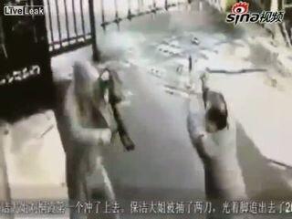 Дворники пытаются остановить угонщика