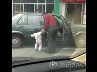 Отец бьет дочку