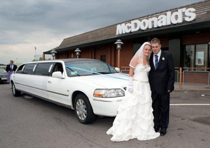 Влюбленные сыграли свадьбу в «Макдональдсе» (16 фото)