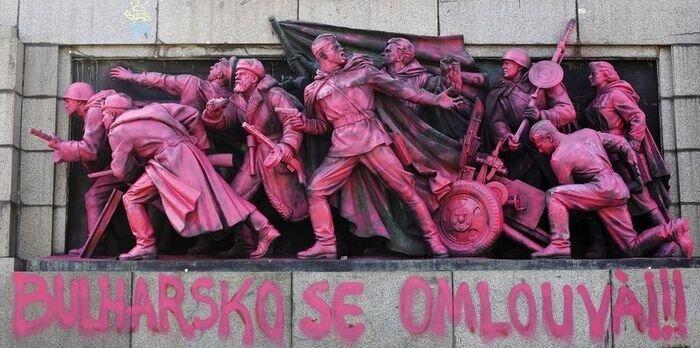 Вандалы осквернили памятник Советской армии в Софии (5 фото)