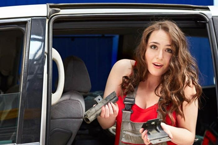 Девушки в автосервисе (8 фото)