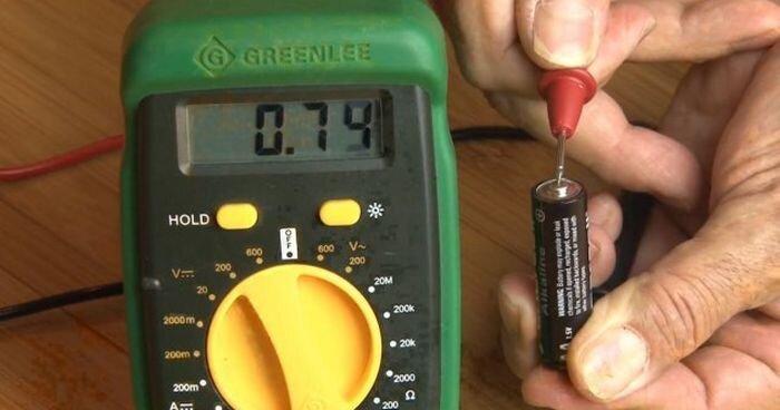 Простой способ проверить заряд батарейки (видео) за 15 августа 2013