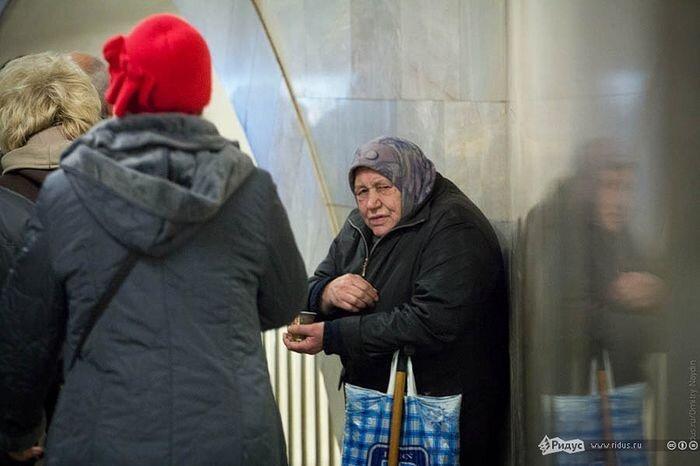 Попрошайки в метро (13 фото)