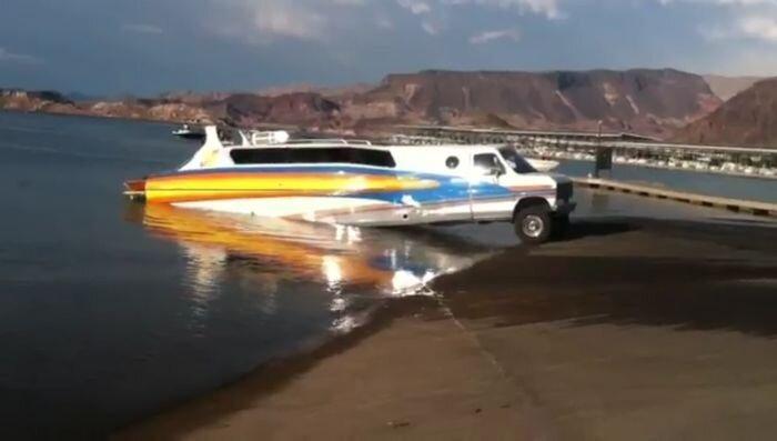 Необычная композиция - плавающий дом на колесах (4 фото+видео)