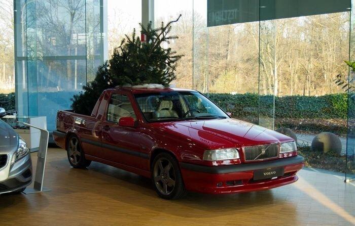 Новогоднее украшение в виде необычного Volvo 850 T-5R (7 фото)