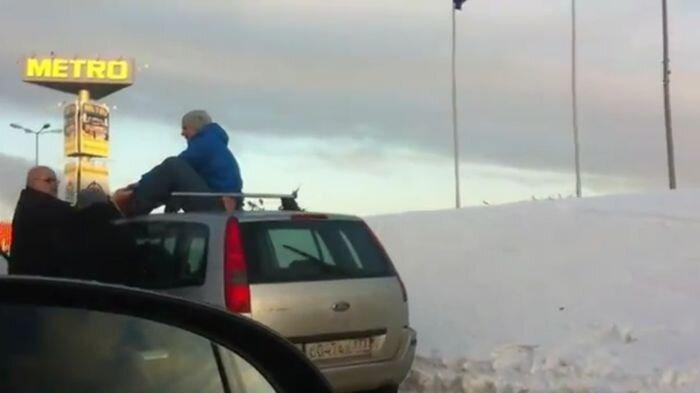 Пешеход проучил наглого водителя (2 фото+видео)