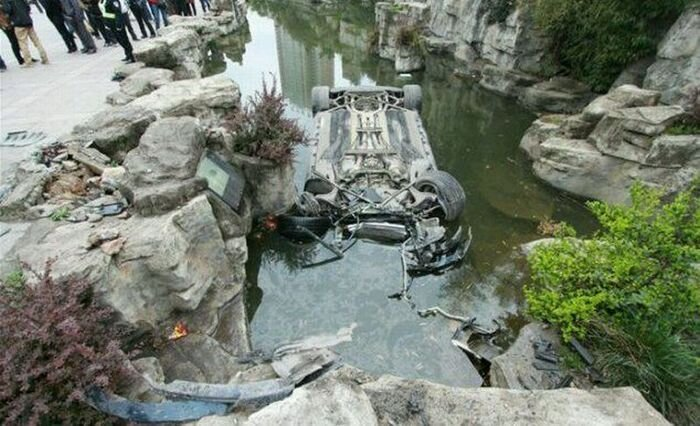 В Китае утопили Mercedes-Benz SLS AMG (8 фото)