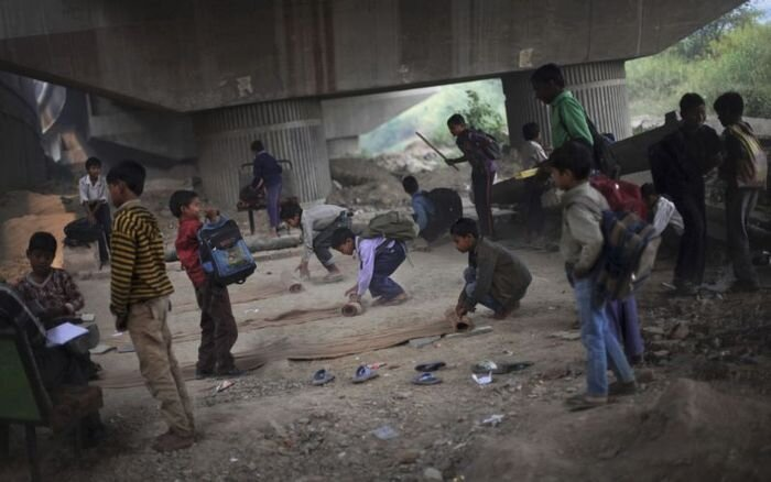 Школа под мостом для малоимущих (8 фото)