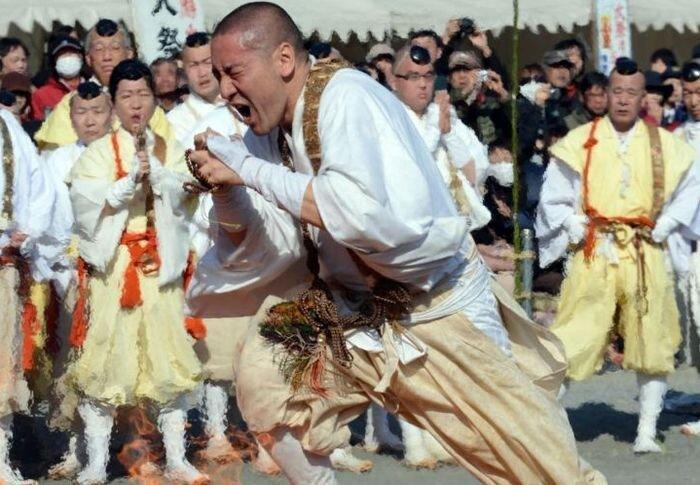 Буддистские монахи ходят по углям (5 фото)
