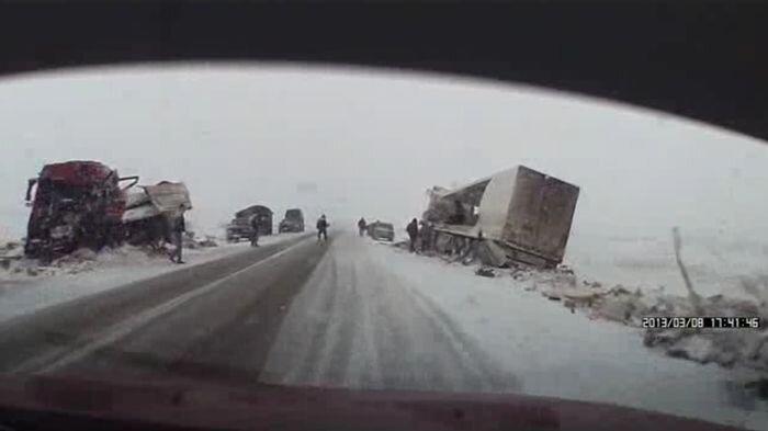 Мародеры растаскивают две фуры после аварии (2 видео)
