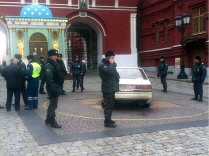 Невменяемый водитель прорвался на Красную Площадь (2 фото+видео)