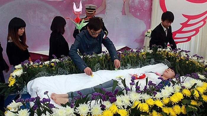 Студентка инсценировала собственные похороны (3 фото)