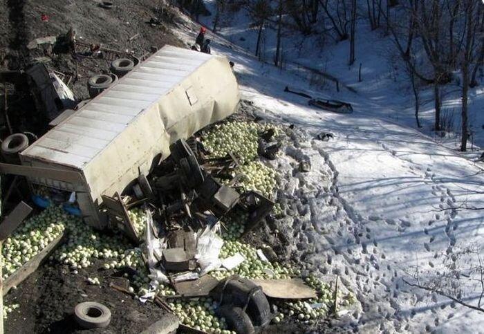 В результате ДТП два Камаза упали с моста (3 фото+видео)