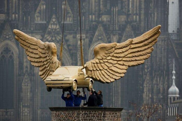 Крылатая машина вернулась на крышу музея в Кельне (2 фото)