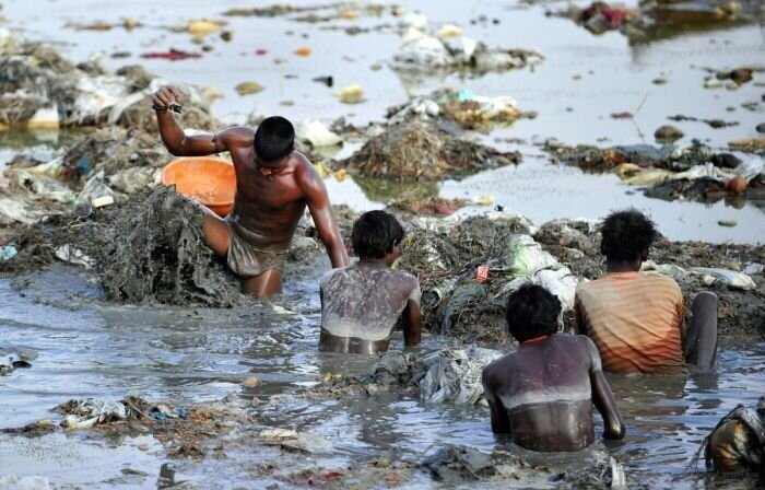 Поиск монет в мутных водах Ганга (9 фото)