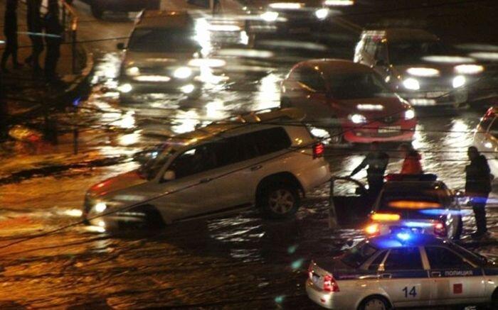 В Самаре проваливаются машины  (16 фото)