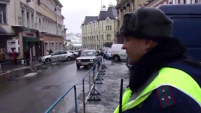 Незаконная выделенная полоса у Приемной ФСБ (1 фото+видео)
