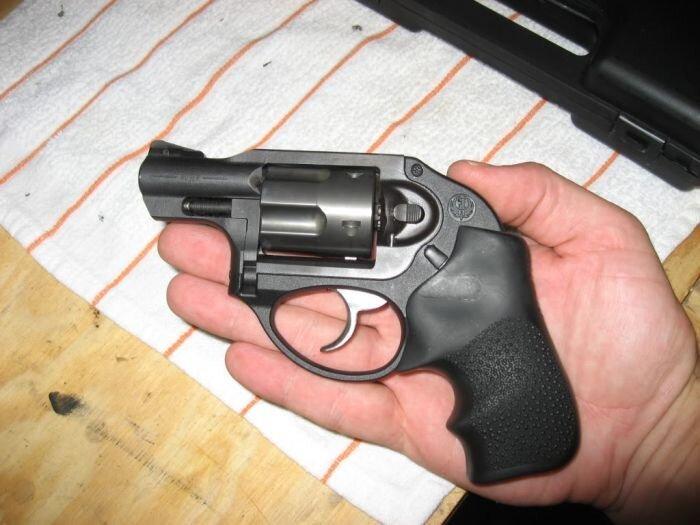 Случайный выстрел из револьвера (7 фото)