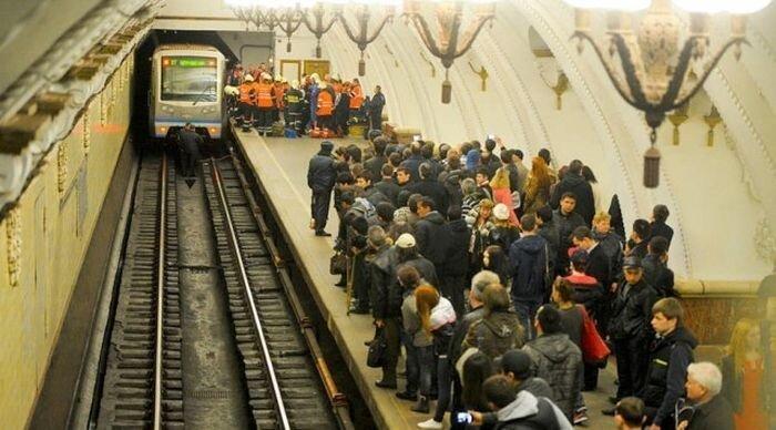 В Московском метро под поезд бросился человек