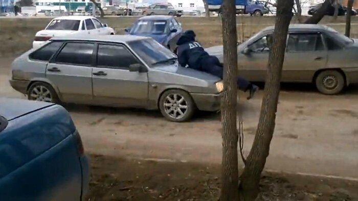 В Октябрьском полицейского прокатили с ветерком на капоте. (фото+2 видео)