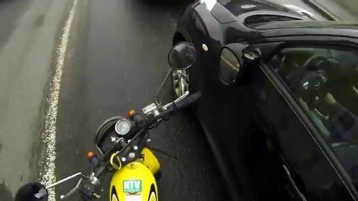 Взбесившийся блогер на мотоцикле с болгаркой (5 фото+видео)