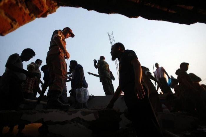 В Бангладеш обрушилось здание (14 фото)