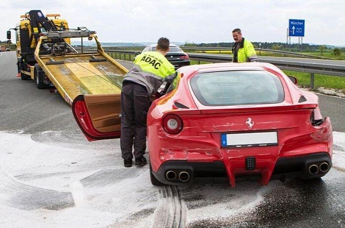 В германии разбили Ferrari F12berlinetta  (5 фото)