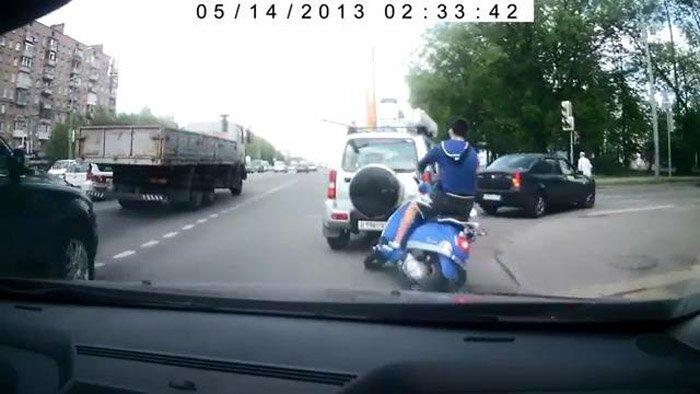 Идиот на скутере (видео)