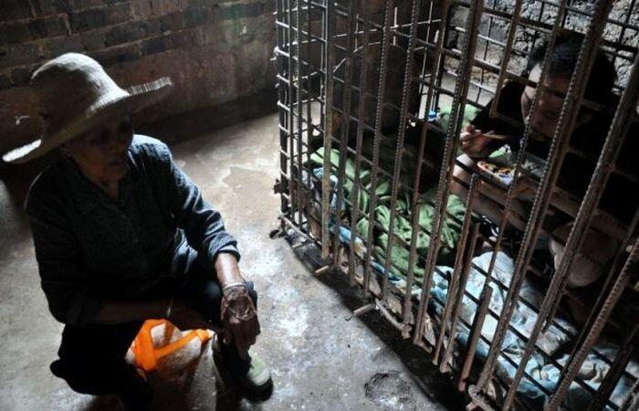 11 лет в клетке под присмотром матери (5 фото)