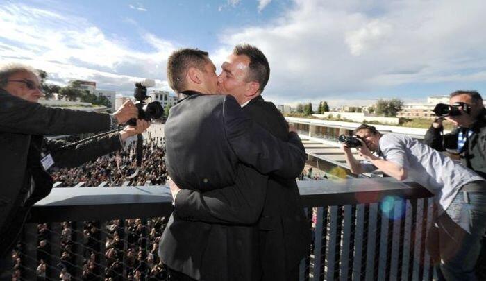 Первый однополый брак во Франции (6 фото)