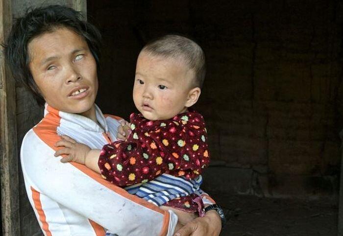 Слепая китаянка продала четверых своих младенцев (9 фото)