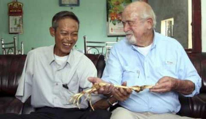 Вьетнамцу вернули отрезанную руку через 47 лет (4 фото)