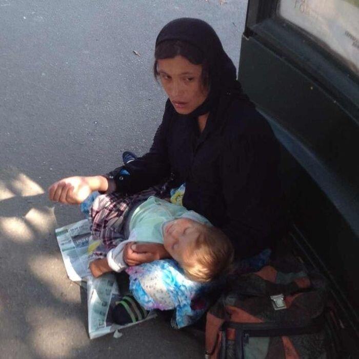 Цыганка-попрошайка с русским ребенком (2 фото+текст)