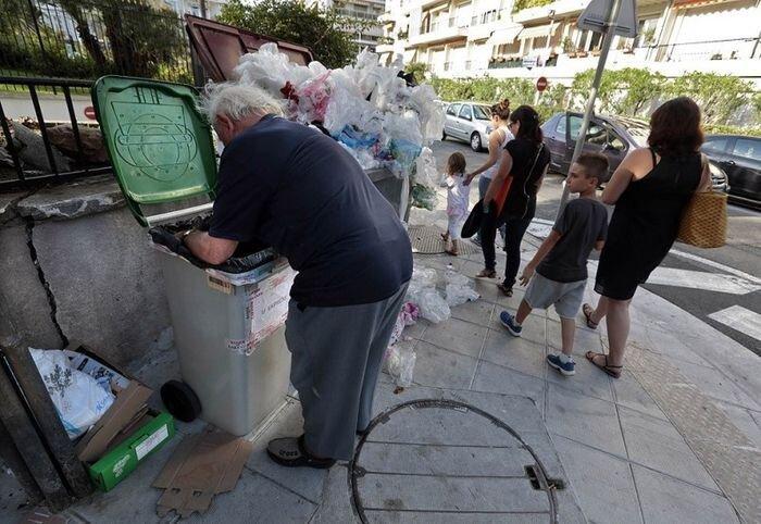 Французский пенсионер питается из мусорных контейнеров (22 фото)