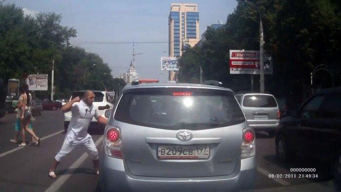 Конфликт на дороге. Халк на белом Порше (фото+видео)
