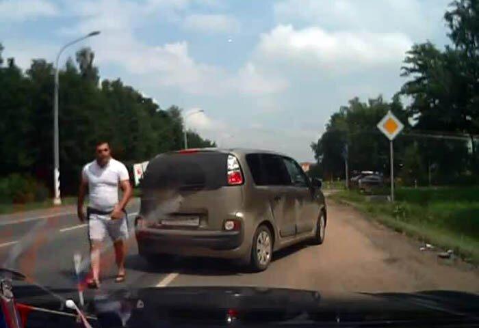 Конфликт на дороге. Верблюд с битой (фото+видео)